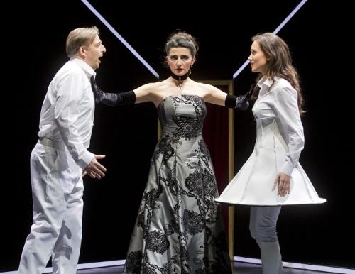 Ein letztes Mal steht Fosca zwischen Delia und Paolo.. (Photo: Rolf K. Wegst)
